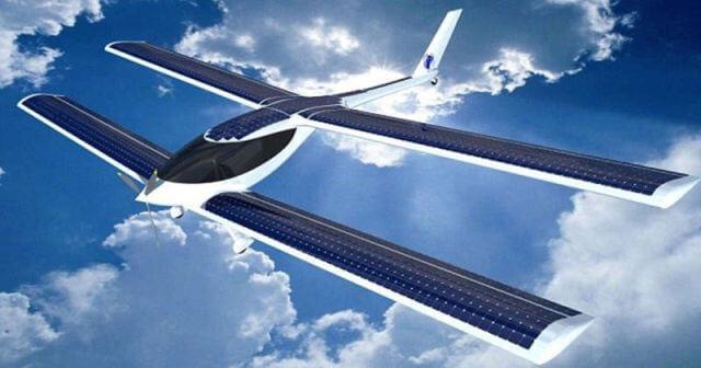 لأول مرة في العالم.. مظلي يقفز من طائرة شمسية